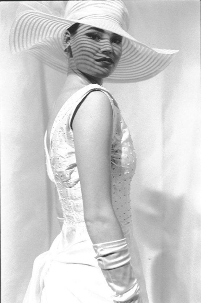 Lange bruidscombinatie met parels en grote hoed