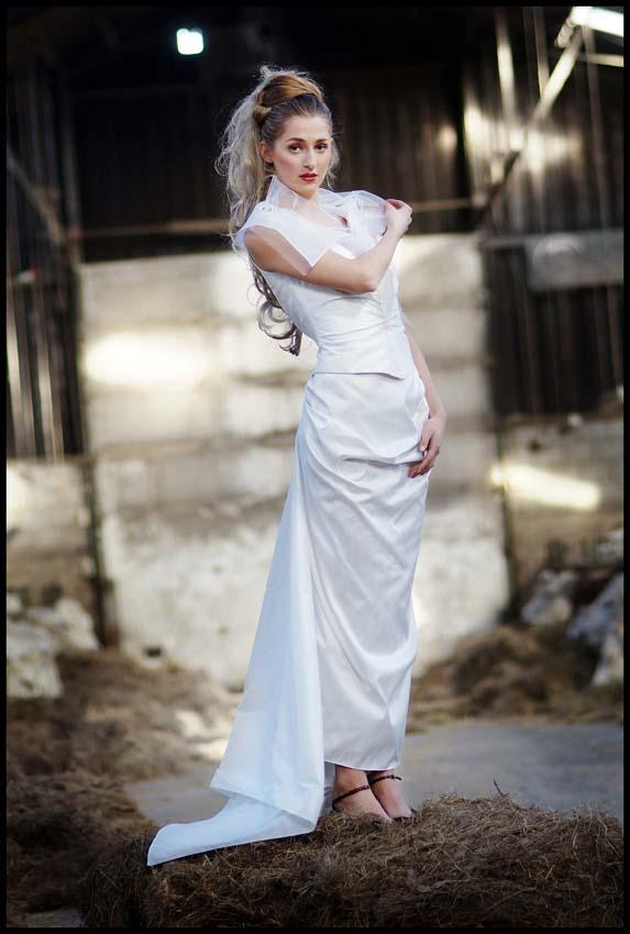 Lange bruidsjurk met tule kraag en sleep