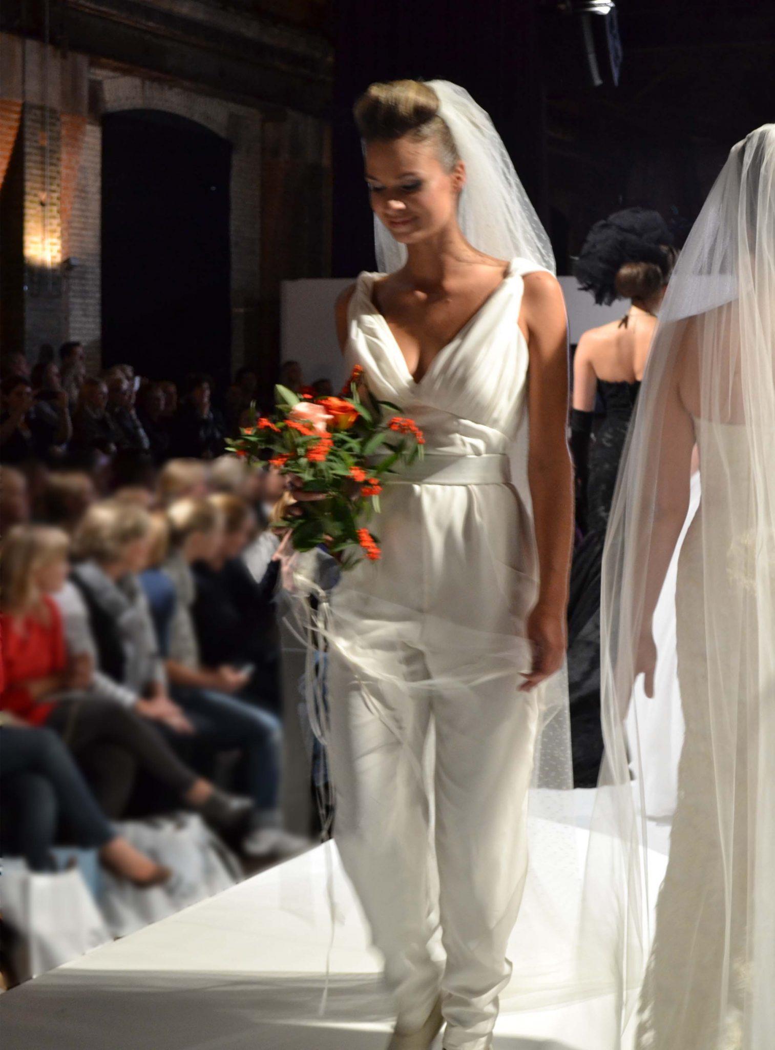 Witte jumpsuit met sluier voor bruid