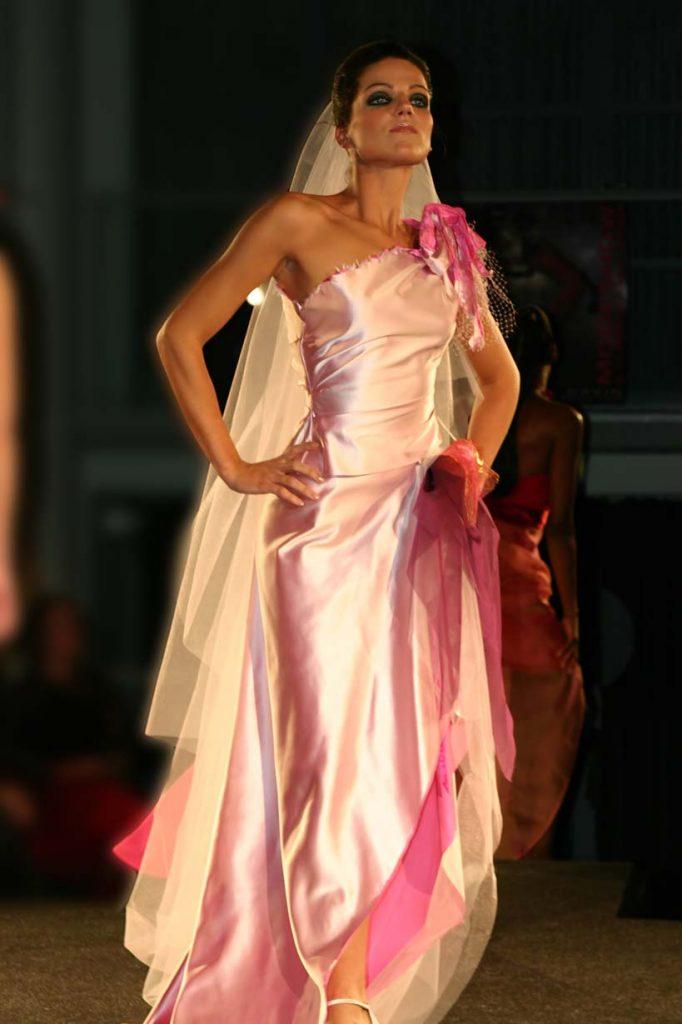 Roze satijnen jurk met 'grunge'' afwerking in modeshow Amstelkerk