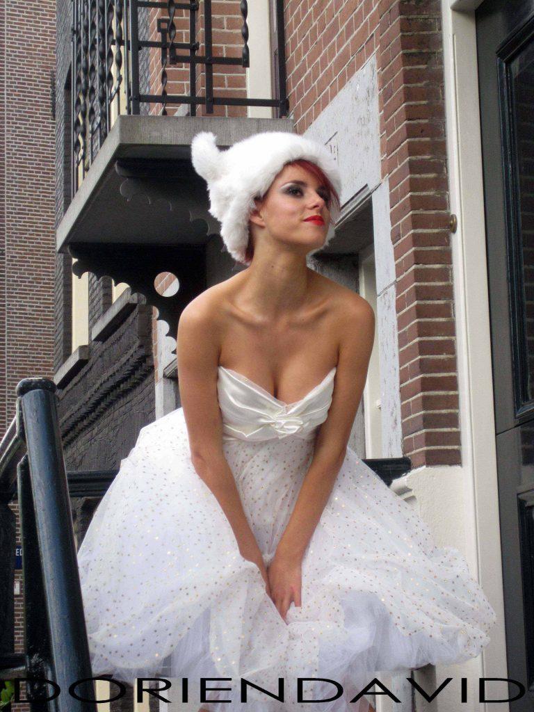 Strapless wijde korte bruidsjurk met berenmuts