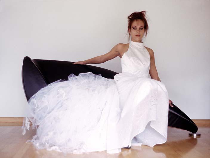 Lange witte bruidsjurk met col bovenkant en tule sleep