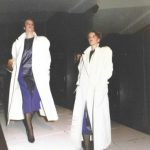Lange witte mantel in modeshow in Plan C Oude Haven Rotterdam