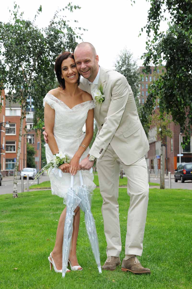 Bruid in jurk met sierlijke halslijn