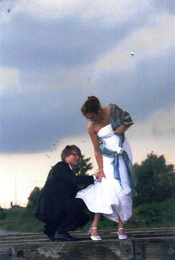 Bruid in het wit met blauwe stola van metallic zijde
