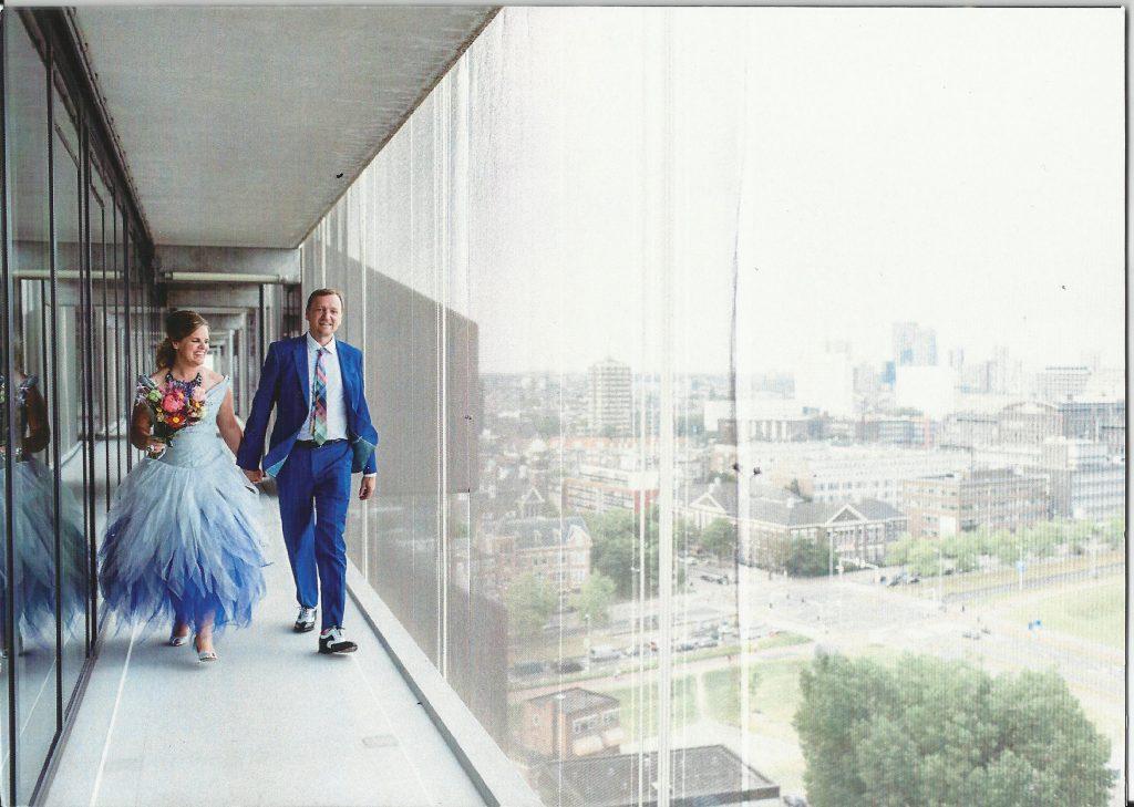 Bruid in lichtblauwe bruidscombinatie met tule rok
