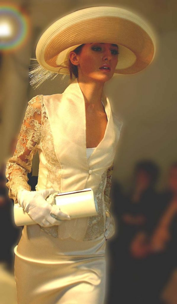 Lange strakke jurk, tasje en hoed