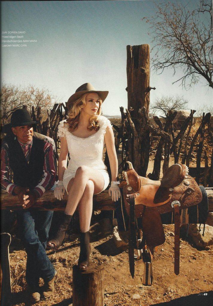 Kort jurkje pailetten en kant gedragen door Jelka van Houten in JAN magazine