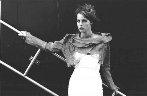 Bolero jasje van crinkle metallic stof over witte strapless jurk