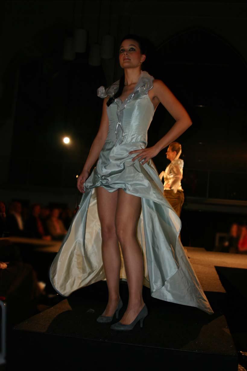Lange zijden jurk, van voren ultra kort tijdens modeshow Amstelkerk