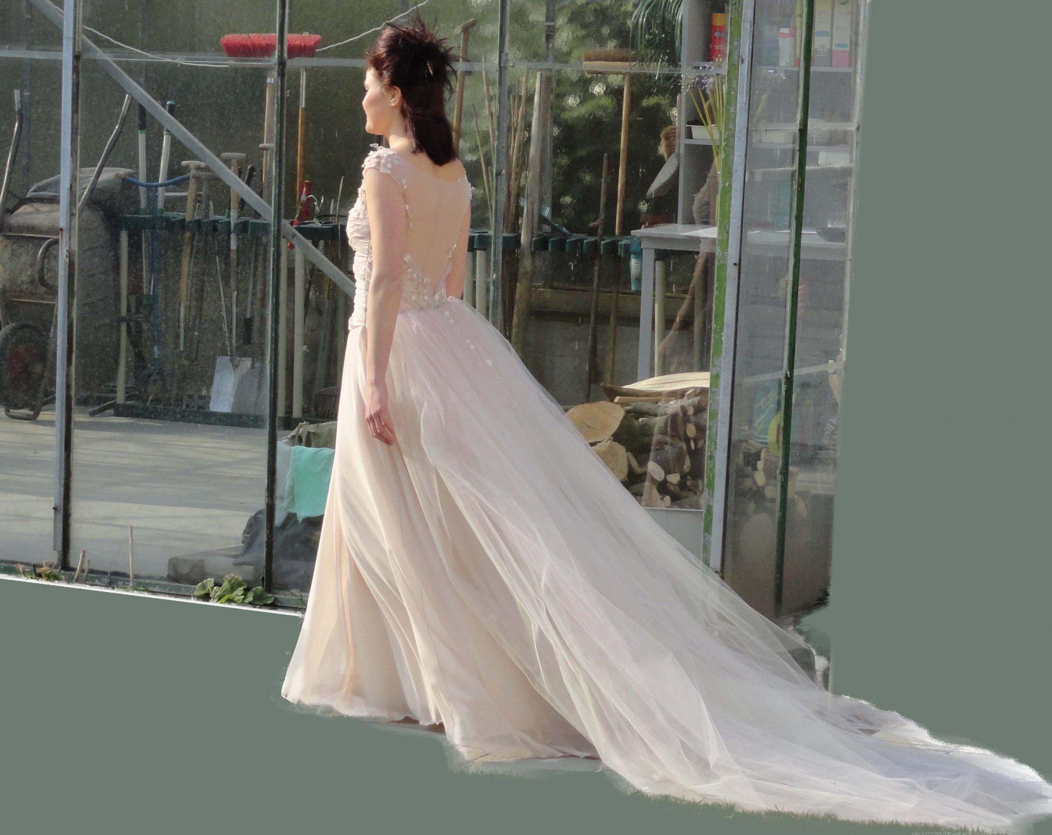 Kanten lange bruidsjurk met sleep en blote rug, kleur 'nude'