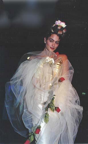 Bruids creatie met rozen geïnspireerd op Frida Kahlo