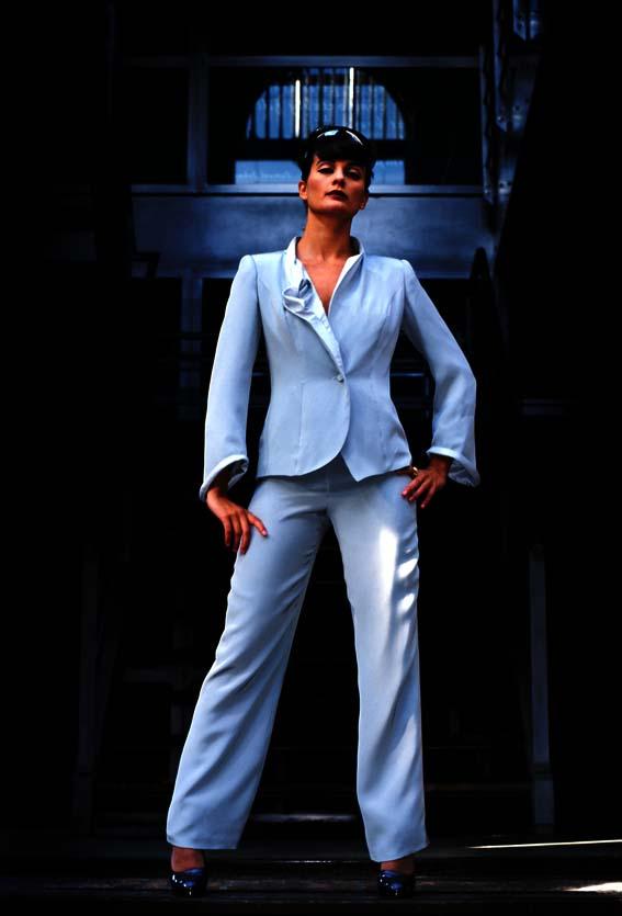 Licht blauw pak voor zakenvrouw een echt She-suit