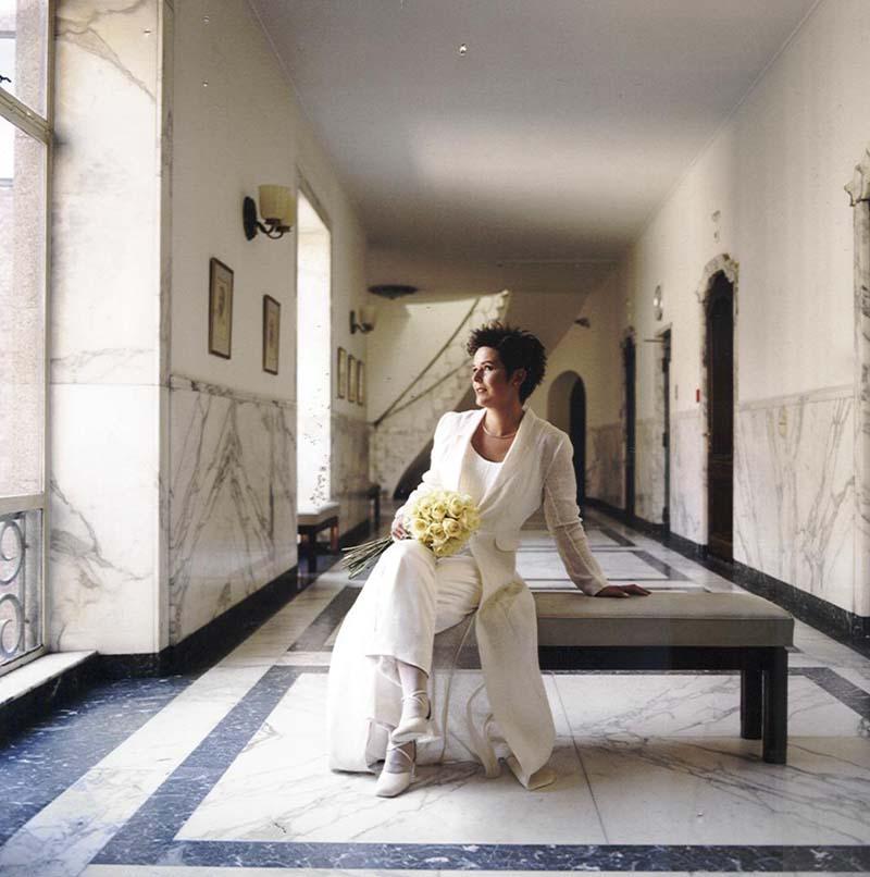 Bruid in combinatie met broek en lange jas van organza zijde