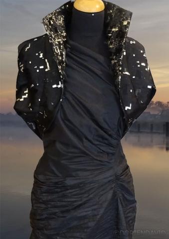 kort jasje van zilveren en zwarte stof