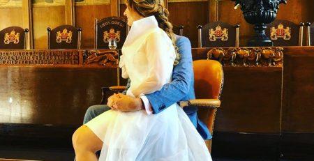 bruid met strapless jurkje en lange organza jas